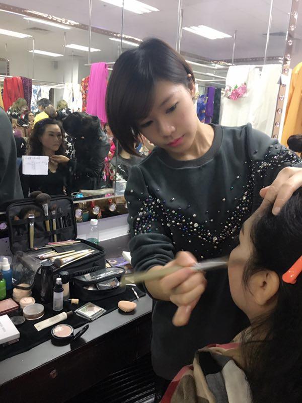 梵希化妆学校学员为传奇夫人节目演员化妆