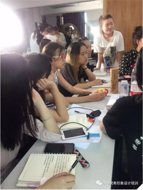 化妆培训学员之间对练化妆