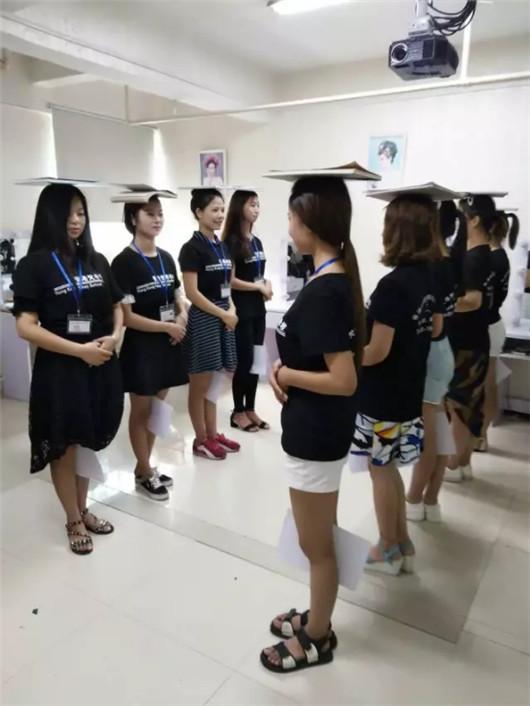化妆培训课堂化妆师礼仪培训结束