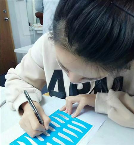 深圳纹绣培训学员练习画眉