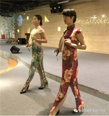 梵希化妝學校學員為旗袍夫人化妝完成