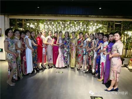 深圳梵希化妝學校師生和旗袍大會模特集體合影