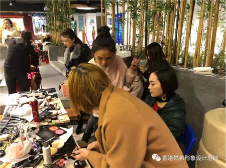 深圳梵希化妝學校學員準備化妝