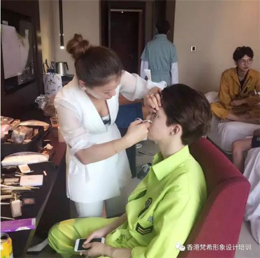梵希化妆培训老师为华军畅想时代实力名字明显做妆面造型
