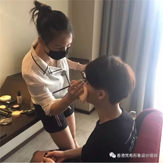 梵希化妆培训学子为华军畅想时代明显化妆做造型