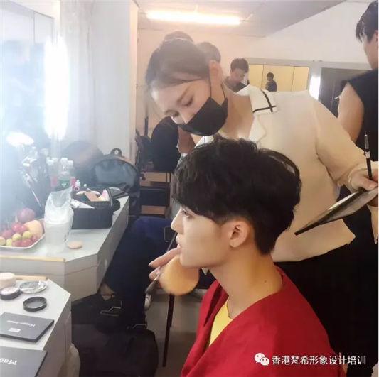 梵希化妆培训学子为华军畅想时代明显化妆做造型2
