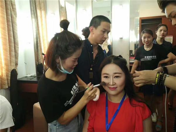 梵希化妆培训学员为选手化妆