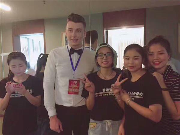 梵希化妆培训学员为国外选手合影
