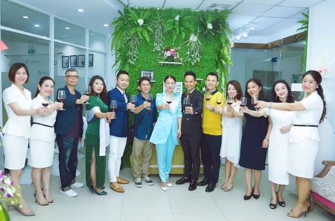 香港梵希领导和各位嘉宾举杯庆祝
