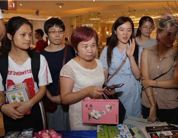 现场客户扫描关注香港梵希化妆学校