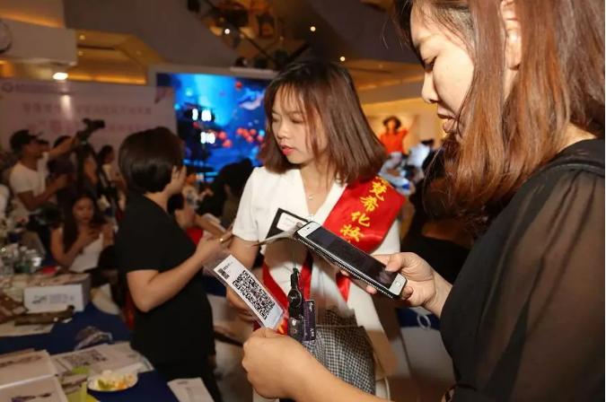 香港梵希化妆培训学校客服为客户沟通