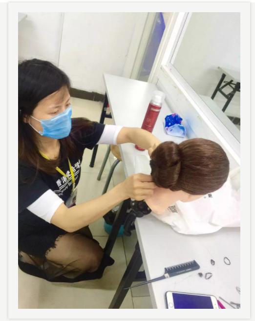 化妆美发学校学员丸子头造型