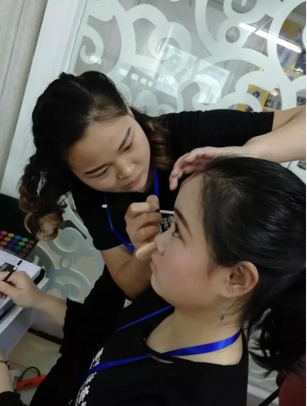中级化妆培训班