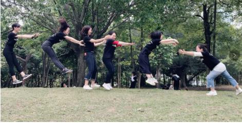 梵希化妆培训班学员跳起来合影