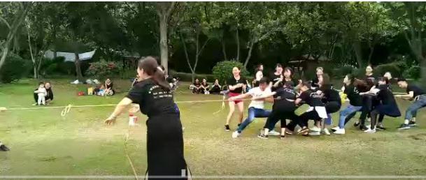 梵希化妆培训学校学员拔河比赛