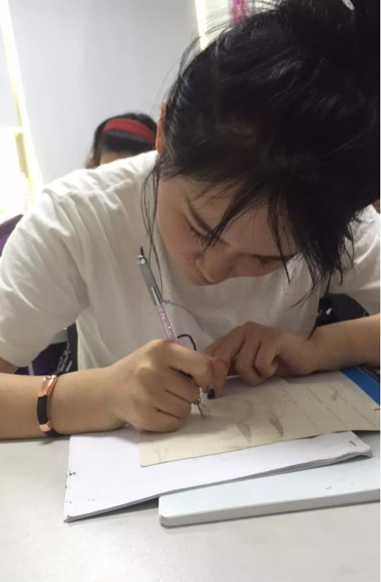 化妆纹绣培训班学员开始学习手工雾眉