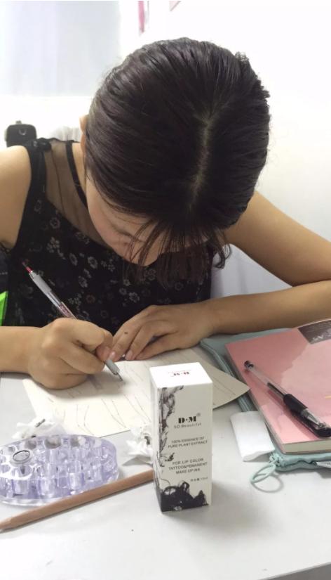 化妆纹绣培训班学员学习手工雾眉
