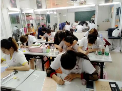 化妆纹绣班学员学习画眉