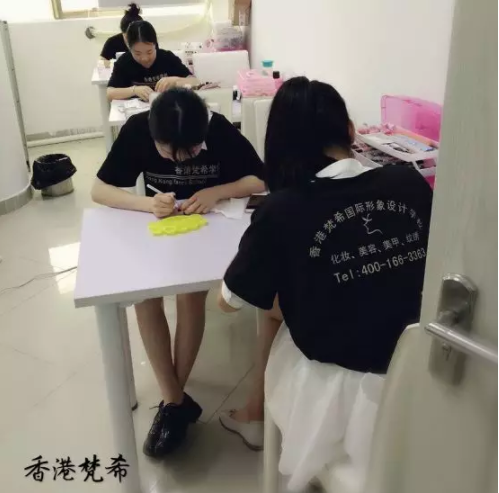化妆培训学校学员练习