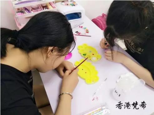 化妆美甲学校学员练习
