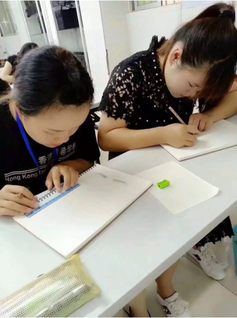 化妆培训班学员学习