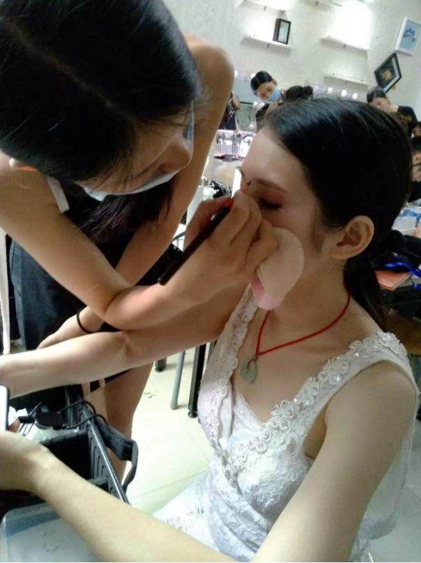 化妆培训班学员化妆