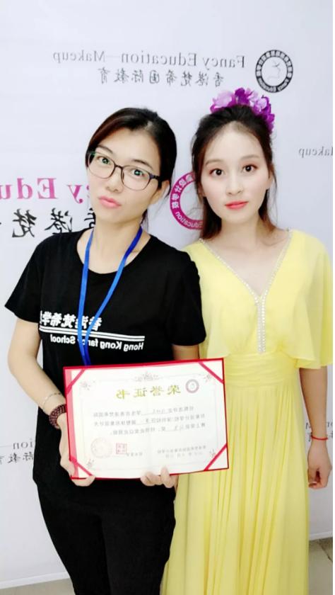 化妆培训班学员和模特