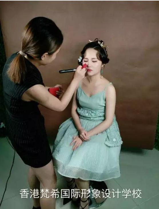 化妆美甲美容培训