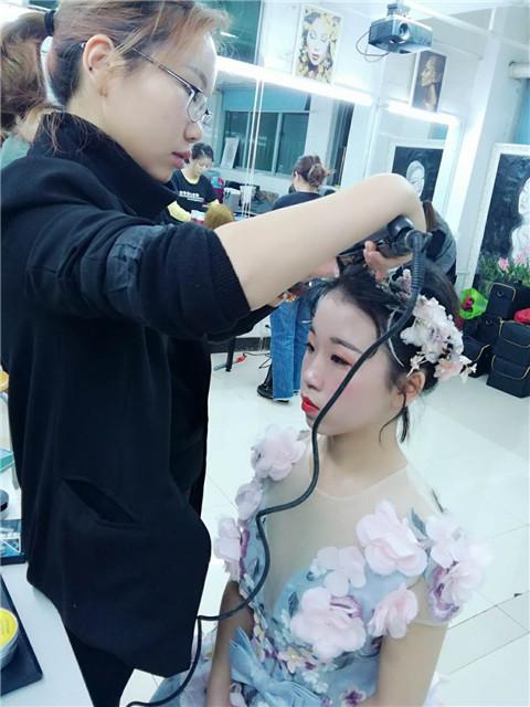 学化妆可带来高收入