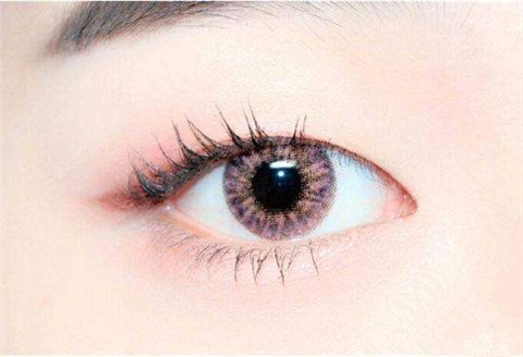 单眼皮画眼线之前要把眼部使用粉底把眼皮铺满
