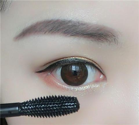 眼线怎么画好看扑上散粉
