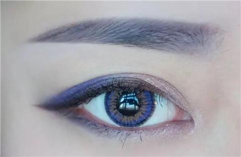 眼影怎么画第二部来回涂抹上色