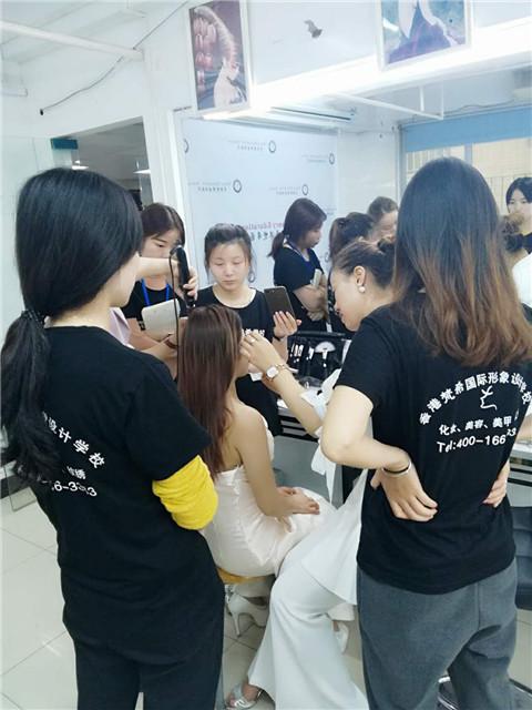 女孩学化妆只要努力就能有成就