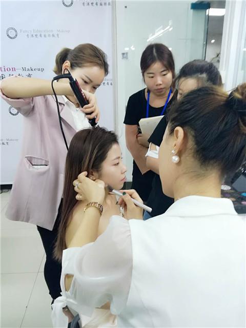 女孩学化妆可以成为化妆师