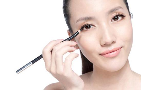 初学化妆怎样化眼线