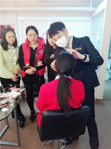 深圳哪里的化妆平安计划聊天室班好?