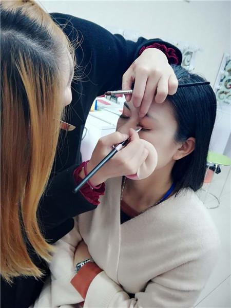 深圳龙华学化妆的学校哪家好?