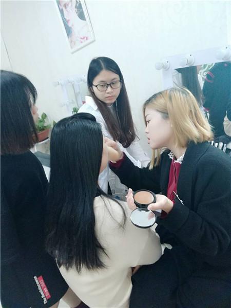 深圳龙华学化妆的学校哪家好?深圳梵希