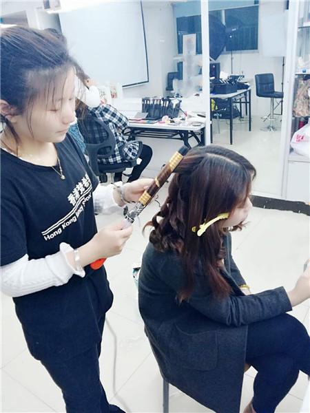 深圳龙华学化妆哪里好?深圳龙华梵希化妆学校把每一位学员打造成具有潮流时尚审美能力的人