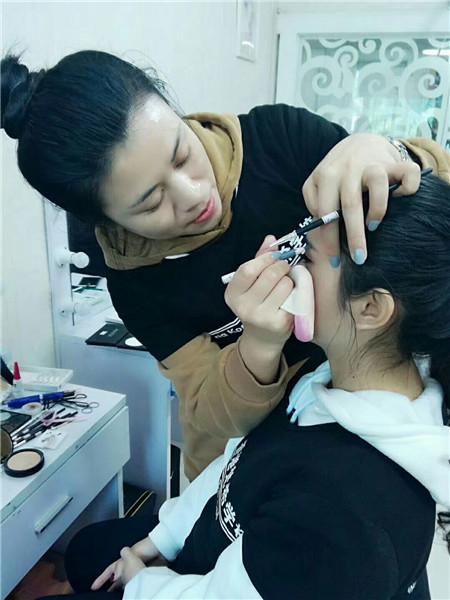 化妆培训班要多少钱?根据您学的课程而定