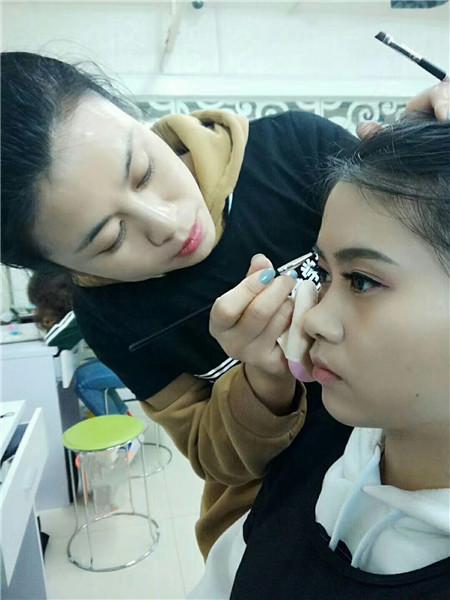 化妆培训班要多少钱?
